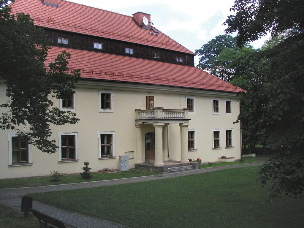 DWÓR ZIELENIEWSKICH W TRZEBINI, fot. M. Klag (MIK, 2002) CC BY SA 3.0