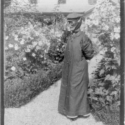 Lina Bögli w kostiumie do jazdy samochodem w szwajcarskim Scheidegg, 1914. Ze zbiorów M. Miller i K. Świerzowskiego ©