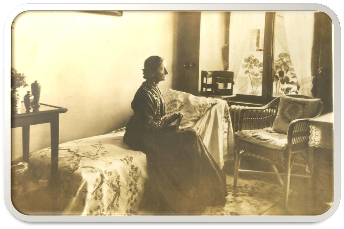 """Lina Bögli otoczona pamiątkami z orientalnych podróży w swoim """"czystym, jasnym pokoju"""" w gospodzie Kreuz, Herzogenbuchsee, ok. 1917. Ze zbiorów M. Miller i K. Świerzowskiego ©"""