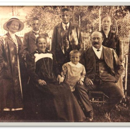 Lina Bögli (pierwsza z lewej w kapeluszu) w otoczeniu dalszej rodziny. Ze zbiorów M. Miller i K. Świerzowskiego ©